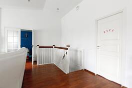 Olohuone josta portaat alakertaan
