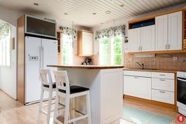 Keittiössä ikkunat kahteen suuntaan