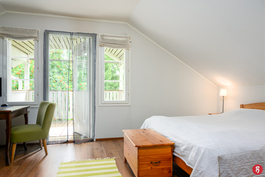 Yläkerran makuuhuone, josta kulku parvekkeelle