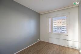 Makuuhuone. Huoneiston lattiat päivitettiin 2017