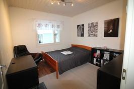3. makuuhuone, jota vastapäätä on iso vaatehuone.