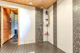 Tilava kylpyhuone, jossa normaalisuihkun lisäksi myös sadesuihku.
