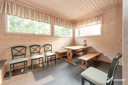 Yhtiön viihtyisä takkatila saunaosaston yhteydessä.