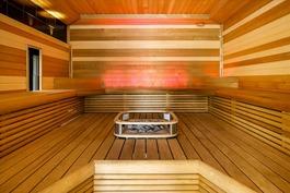 Iso sauna jossa tilaa. valistukseen kiinnitetty hu