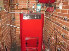 Pannuhuoneessa huoneistokohtaiset vesimittari, lämmönjäätöjärjestelmin varustettu öljykeskuslämmitys