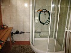 Pesuhuoneessa suihkukaappi