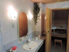 Pesuhuone ja sauna. Kylpylätunnelmaa.