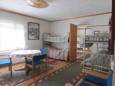 Alakerran makuuhuone 2