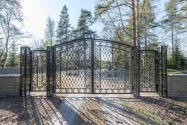 Tästä portista voisi olla käynti sinun uuteen kotiisi. / Denna port kan öppnas till ditt nya hem.