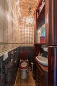 Alakerran wc. / Nedre våningens toalett.