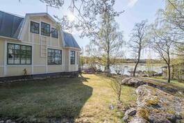 Julkisivu ja merinäkymä. / Fasaden och en utsikt till havet.