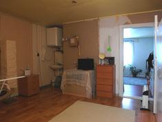 Yläkerrassa on aikoinaan ollut toinen keittiö, josta jäänteenä edelleen lavuaari.