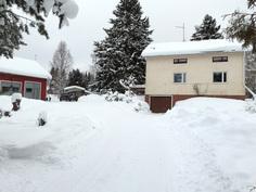 Näkymä tontin rajalta talolle päin. Vasemmalla autotalli/varasto/saunarakennus