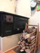 Keittiössä toimiva puuhella sähkölieden lisäksi.