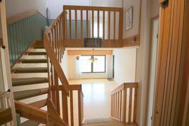 Eteisestä portaikko ja olohuone