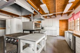 """Päärakennuksen """"ravintola""""-keittiö"""