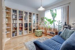 Kirjastohuone(makuuhuone).
