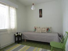 Wc:n viereinen makuuhuone