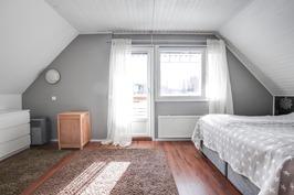 Suurin makuuhuone, josta käynti omalle parvekkeell