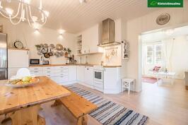Keittiössä on erinomaisesti tilaa työskennellä.