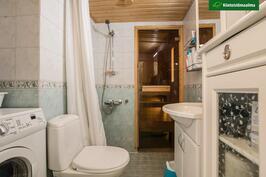 Makuuhuoneiden välissä on kylphuone ja sauna.