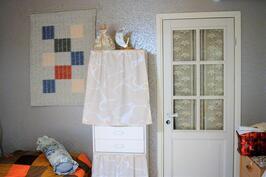 makuuhuoneen ovi vaatehuone/työtilaan