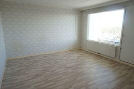 Isoin makuuhuone josta käynti toiselle parvekkeelle