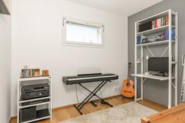 Yläkerran pienempi makuuhuone/työhuone