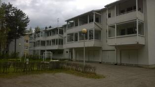 B-12 huoneiston parveke on keskellä ylimmässä kerroksessa