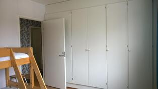 makuuhuoneen seinällä kaapistot rivissä
