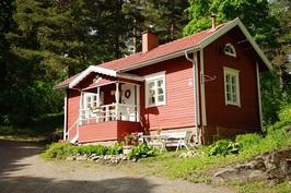 ... taloon on asennettu myös asialliset seinätikkaat, räystäskourut ja syöksytorvet!