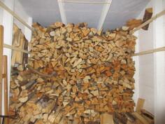 Pihapiirissä on myös asiallinen puuvaja ja ...