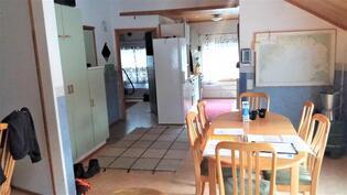 Näkymä tuvasta keittiöön ja toiseen makuutilaan.