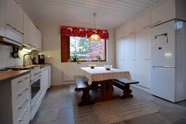 Valoisa keittiö, tilaa isolle ruokapöydälle