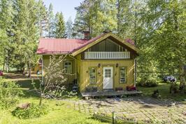 Talon etupuolelta kuvattuna