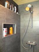 Pesuhuone on kompaktisti suihkutilan kokoinen