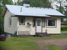 Puurakenteinen, rossipohjainen talo. Ikkunat on uusittu ja talo maalattu viimeksi v. 2010