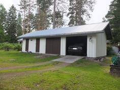Talousrakennus, jossa on pieni autotalli, liiteri ja varasto- tai kesähuone