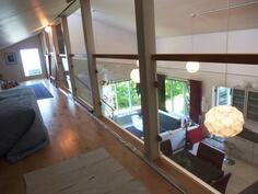 Huikea huonekorkeus yläkerran aulaan