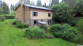 Talo sijaitsee rauhallisella rinnetontilla.