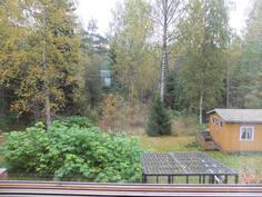 Näkymää makuuhuoneen ikkunasta takapihalle