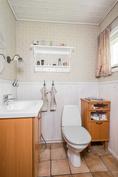 Makuuhuoneen yhteydessä vessa