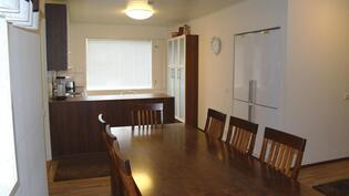 Ruokailutila keittiön ja olohuoneen välissä.