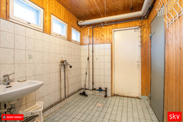 Kylpyhuoneessa putkistoja uusittu