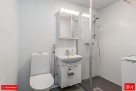 Upea , remontoitu kylpyhuone