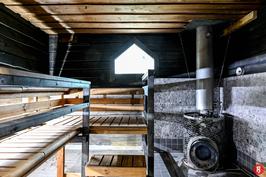 Ulkosaunassa on lattialämmitys ja suihku. Vesi lämpenee hormin ympärillä olevassa säiliössä.
