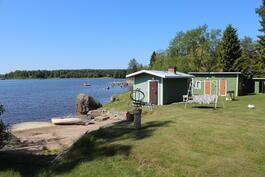 Näkymä mökin edestä rannan ja sauna- ja vierasmökin suuntaan