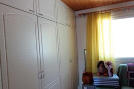 Makuuhuone 1 ja koko seinällä kaapistot
