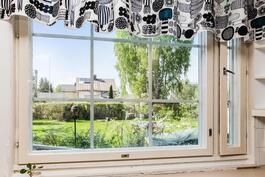 Kesäkuva (näkymää keittiön ikkunasta)
