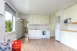 Yläkerran yksiön olohuone ja keittiö